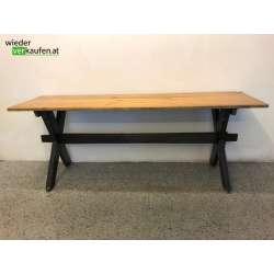 Massiver Holztisch für den...