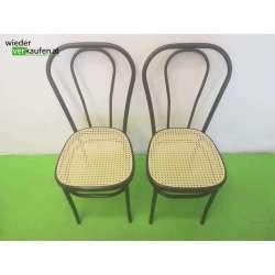 Zwei Stühle im typischen...